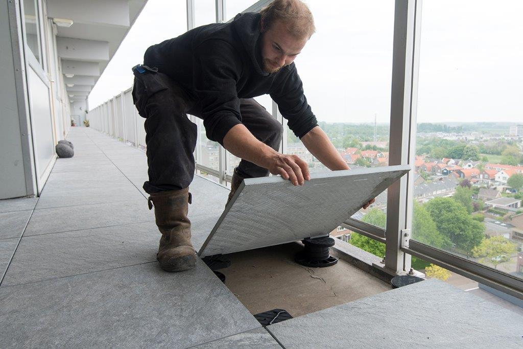l scaut renoveert galerijvloeren met keramische tegels in